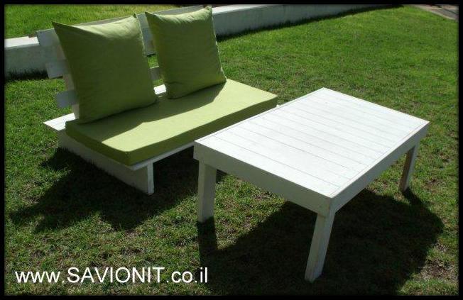 פינת זולה זוגית על גוון ירוק בהיר עם מושב זוגי ושולחן