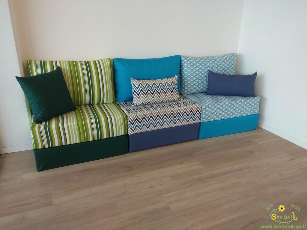 פינת ישיבה מודלרית בשילובי צבעים שבילים ירוקים, זיגזג, מעוינים ועוד
