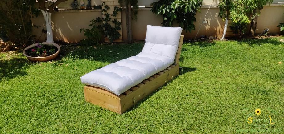 ריפוד למיטת שיזוף מעץ מלא