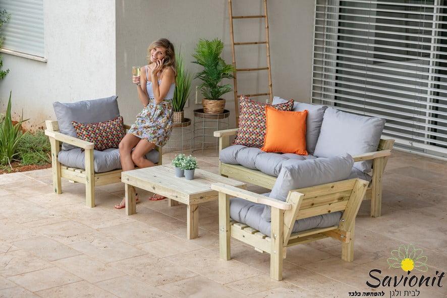 ריהוט גן עשוי עץ מלא דגם וויד פרימיום עם ריפודי קפיטונז' אפורים